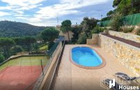 Sea view holiday home for sale with private pool and tennis court